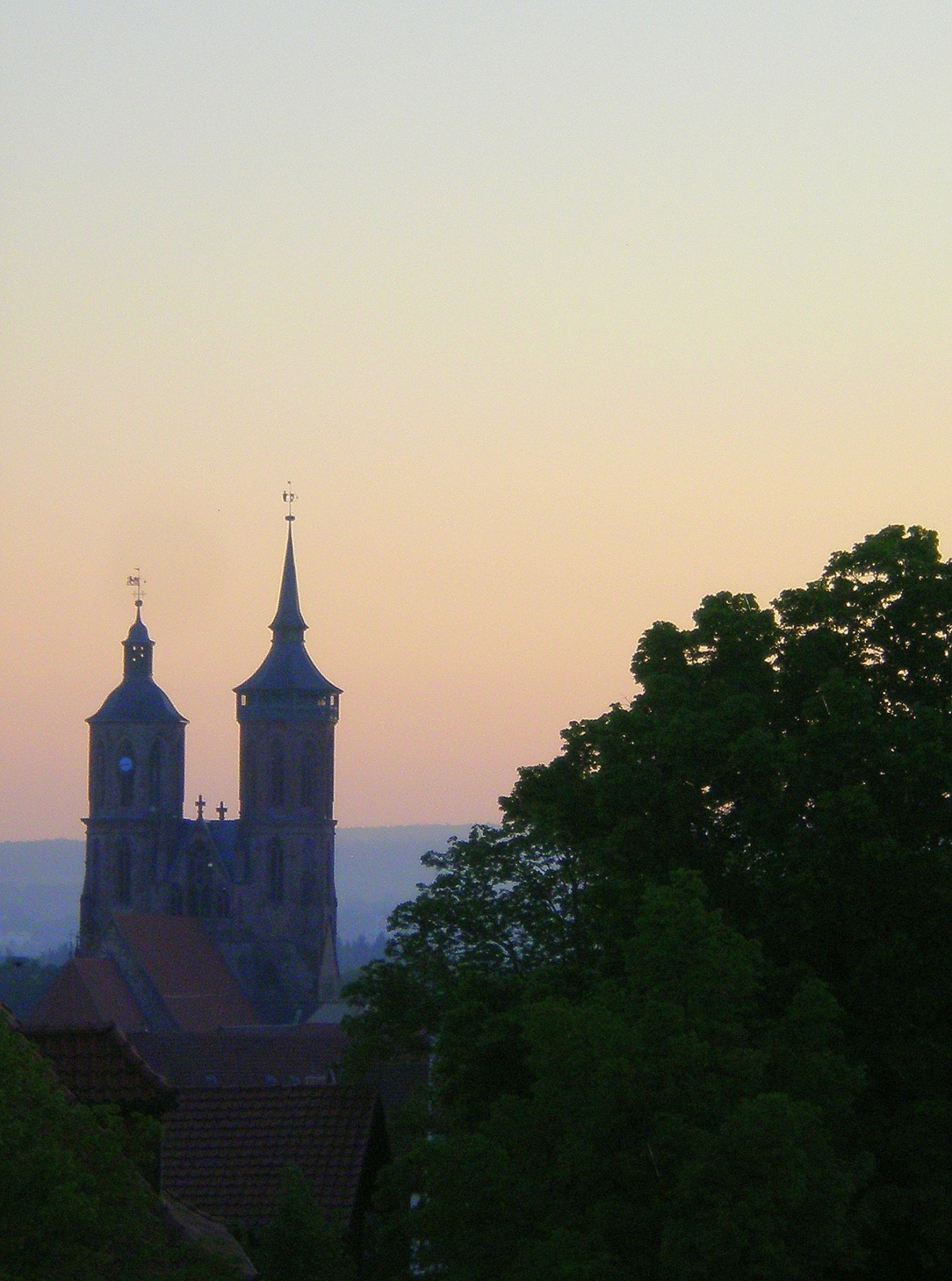 Nikolaikirche towers from Gottingen's Stadthalle, photo by David Nice