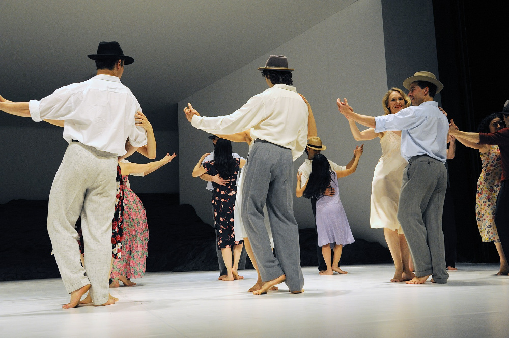 The dancers of Tanztheater Wuppertal Pina Bausch in Masurca Fogo. Photo by Zerrin Aydin-Herwegh.