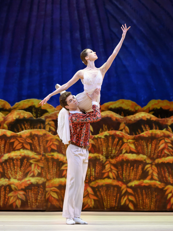 Daria Kokhlova as Zina and Igor Tsvirko as Pyotr in the Bolshoi Ballet production of The Bright Stream. Photo by Natalia Voronova.