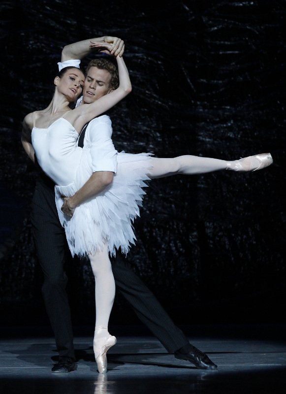Amber Scott and Adam Bull as Odette and Prince Siegfried in Graeme Murphy's Swan Lake