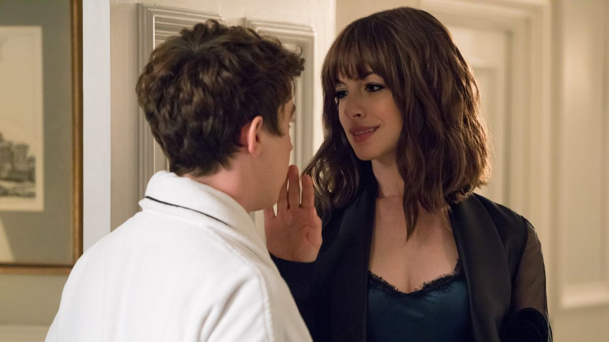 Thomas (Alex Sharp) and Anne Hathaway in The Hustle