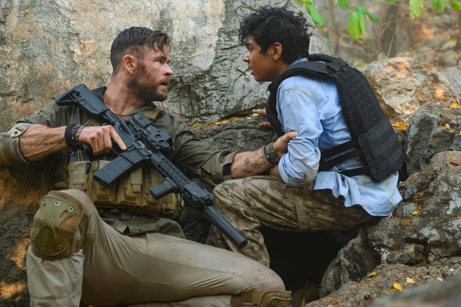 Rake (Chris Hemsworth) and Ovi (Rudhraksh Jaiswal) in Extraction