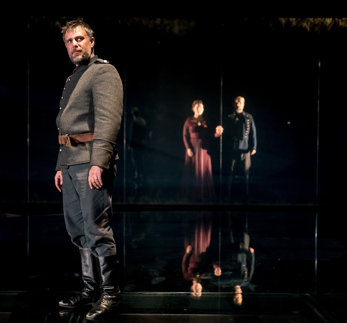 -Stuart-Laing-Banquo-Dervla-Kirwan-John-Simm-in-MACBETH-at-Chichester-Festival-Theatre-Photo-Manuel-Harlan-122