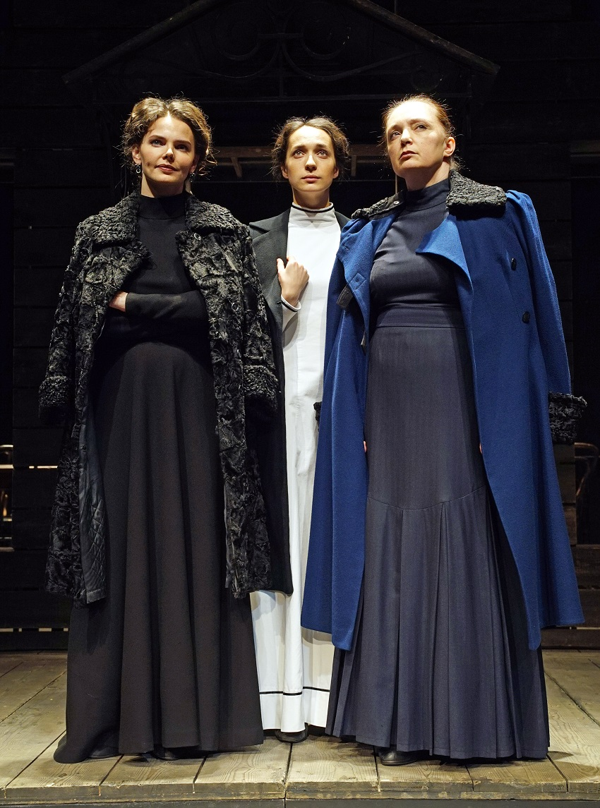 3S-l-r Elizaveta Boyarskaya, Ekaterina Tarasova and Irina Tychinina in Three Sisters