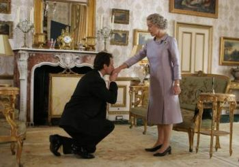 2006_the_queen_sheen_kneels